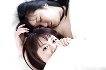 Girlfriends Araki Mai and Kawagoe Yui wake up for morning sex